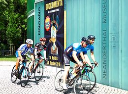 Racing cyclists in front og the Neanderthal Museum